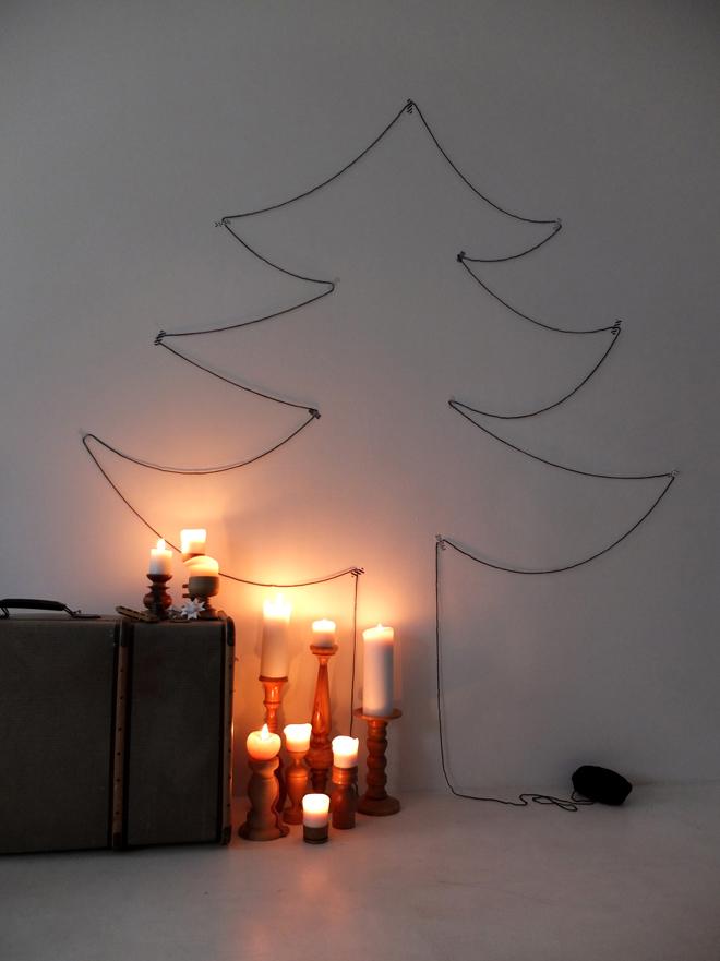 Fadenbaum, Fadenkunst, Weihnachtsdeko, Weihnachtsbaum aus Faden, Weihnachtsbaum aus Wolle, Christbaum, Weihnachtsbaum mal anders, Weihnachtsbaum kleben, Weihnachtsbaum auf die Schnelle, Adventskranz ganz einfach, Holzstamm, Kerzen statt Kamin, Kerzenmeer, alte Koffer, Minza will Sommer
