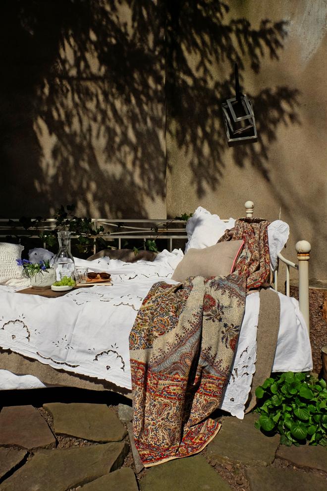 Gartenbett, Eisenbett, Metallbett, Outdoorbed, Tagesbett im Garten, Bett im Garten, Belgisches Viertel, Wohnen in Köln, boho, Boho Stil, Gartendeko, Einrichten, Streifen, Frühling, Styling, Minza will Sommer