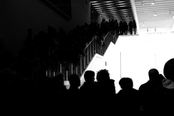 Museumsnacht, Köln, 16. Museumsnacht, Museum, Nacht, Museumsnacht 2015, Minza will Sommer, MAKK, Zuschauer, Museum für Angewandte Kunst in Köln, schwarzweiß, Menschenmasse