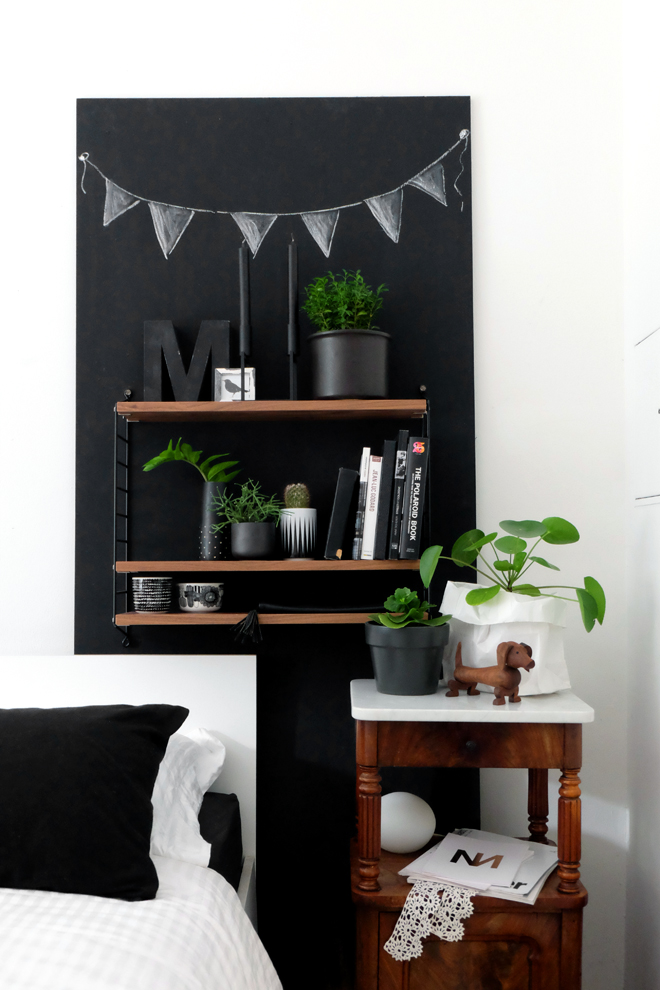 Minza will Sommer, Urban Jungle Bloggers, Bettwäsche Urbanara, Plant Shelfie, String Furniture, Marimekko, Ferm Living, DIY, Pilea, Hund, Kay Bojesen, String Pocket, Schlafzimmer, Zimmerpflanzen, Stelton, schwarze Wand, Typo