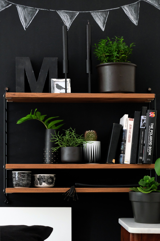 Minza will Sommer, Urban Jungle Bloggers, Plant Shelfie, String Furniture, Marimekko, Ferm Living, Line by Lassen, Kaktus, String Pocket, Schlafzimmer, Zimmerpflanzen, schwarze Wand, Stelton