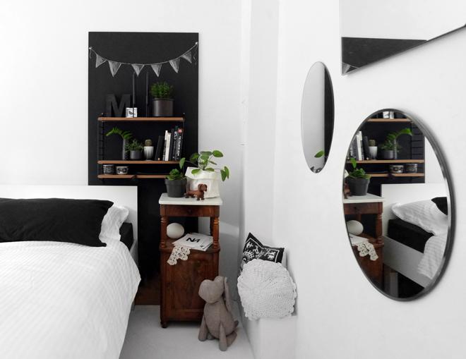 Die mobile Wand, DIY Regalwand, Upcycling Holzplatte, Spiegelwand, unterschiedlich große Spiegel, weißer Estrichboden, Türblatt wiederverwenden, selber Möbel bauen, Regal Idee, flexible Regallösung