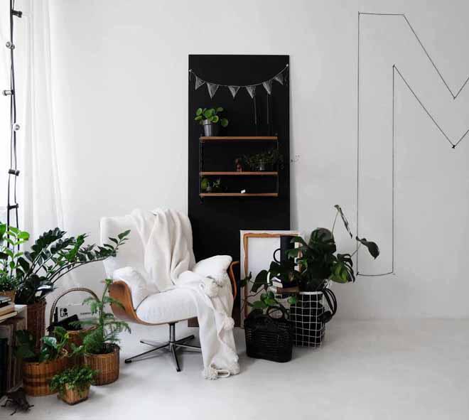 Die mobile Wand, DIY Regalwand, Upcycling Holzplatte, Türblatt wiederverwenden, selber Möbel bauen, Regal Idee, flexible Regallösung, weißer Boden, Dekorieren mit Pflanzen