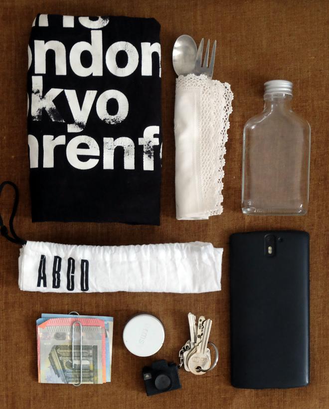 Zero Waste To Go, unterwegs Müll vermeiden, ein Blick in die Handtasche, Zerowastekit, Müll vermeiden auf Reisen, ohne Plastikmüll bei Veranstaltungen