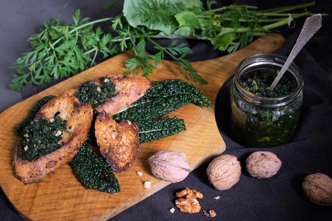 Pesto aus Gemüseabfall, Zero Waste Pesto zu geröstetem Brot und Salat